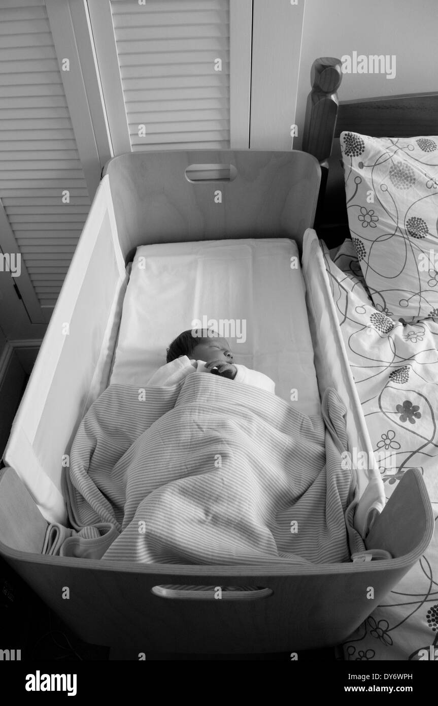 Rodada en blanco y negro de un bebé recién nacido tres días de edad ...