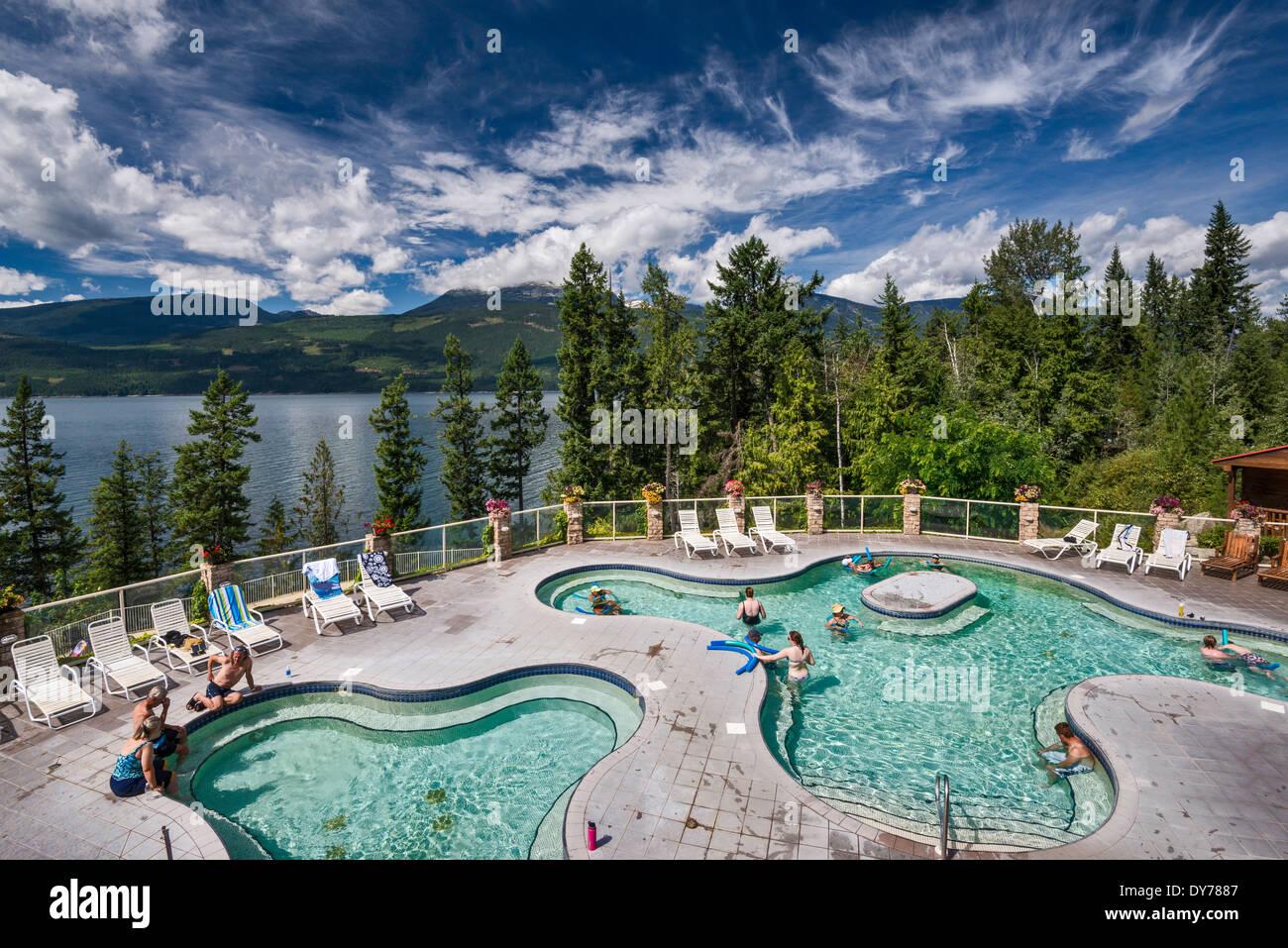 Jacuzzis al aire libre, en el Halcyon Hot Springs Resort and Spa, a través de la flecha superior, cerca del lago Nakusp, British Columbia, Canadá Foto de stock