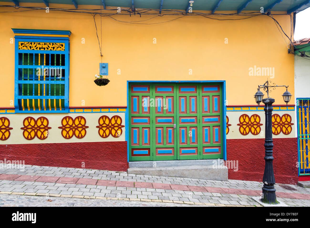 Antigua casa colorida en Guatape, Colombia Foto de stock