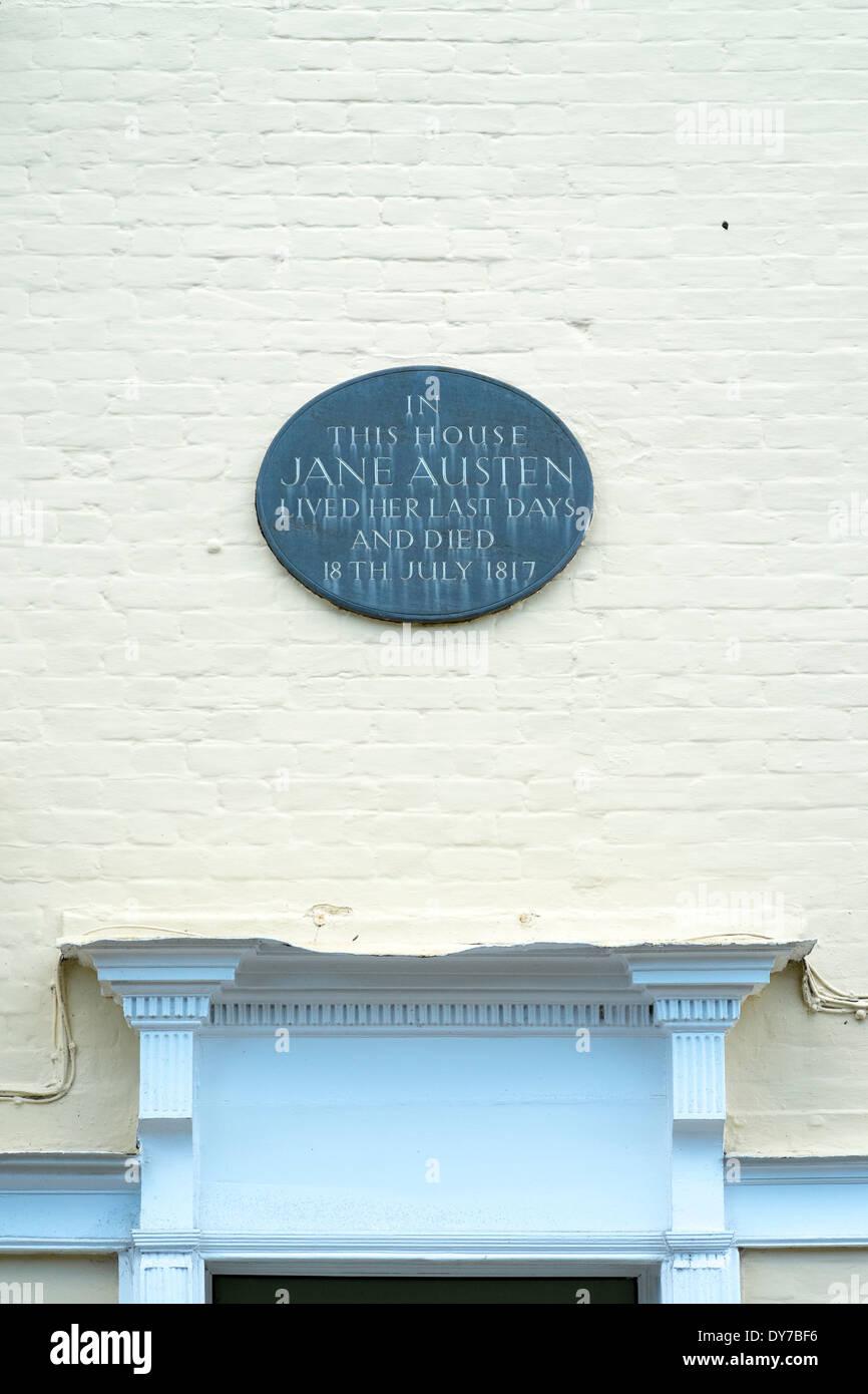 La placa sobre la puerta de la casa Winchester Hampshire donde la novelista británica Jane Austen vivió y murió en 1817 Imagen De Stock