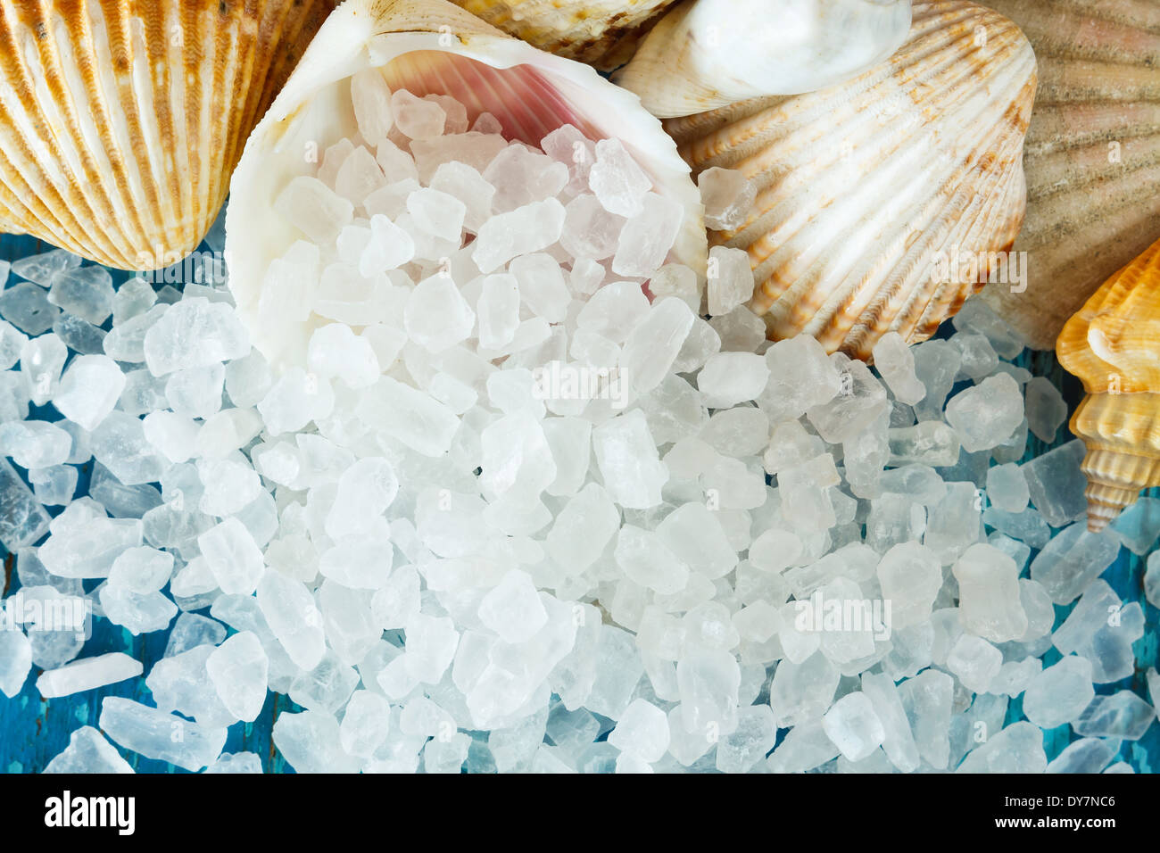 Los cristales de sal de mar en shell en junta viejos pintados como fondo Imagen De Stock