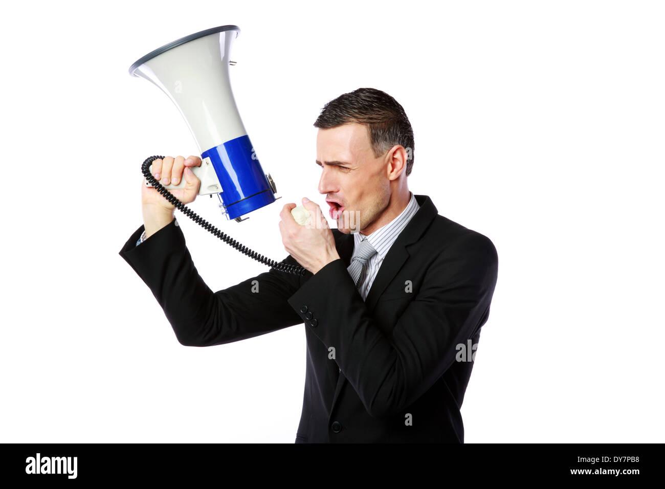 Retrato del hombre de negocios gritando a través del megáfono aislado sobre fondo blanco. Imagen De Stock