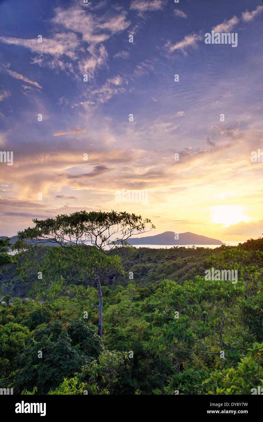 Filipinas, Palawan, Port Barton, vista elevada de la isla y sus alrededores islotes Albaguen Imagen De Stock