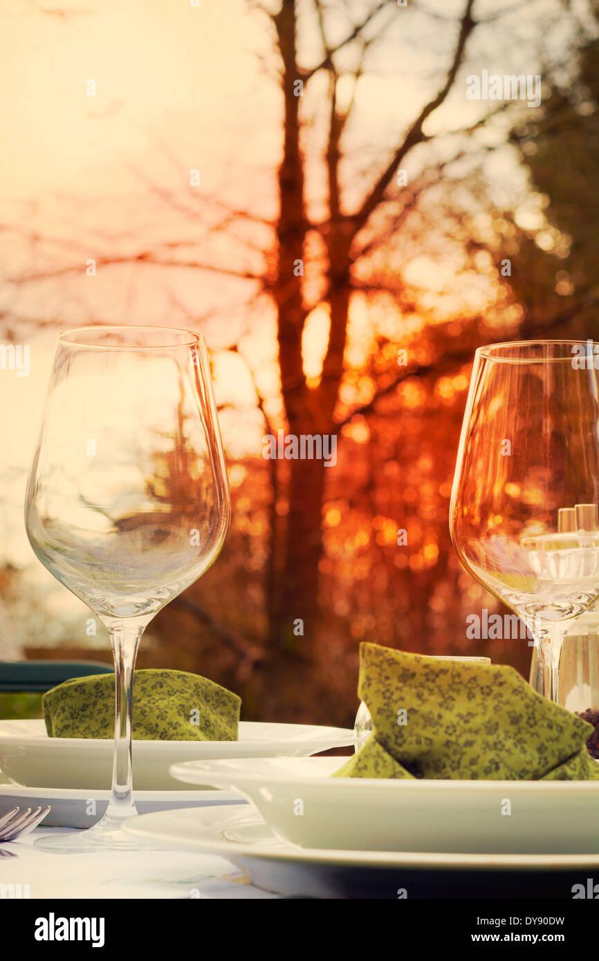 Sentado festiva mesa de jardín al atardecer, close-up Imagen De Stock