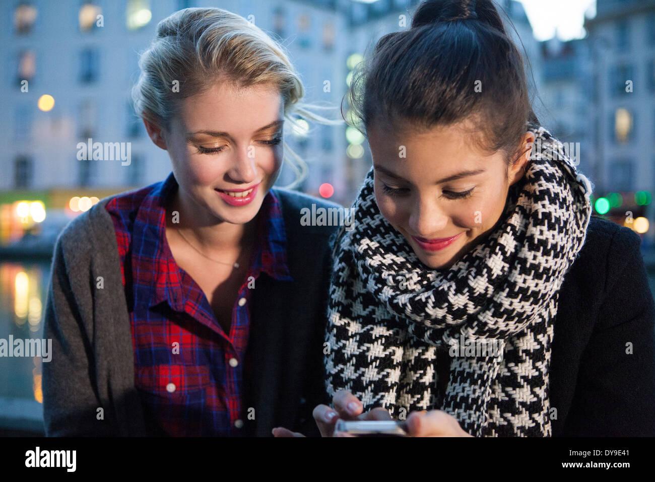 Amigos mirando juntos smartphone Foto de stock