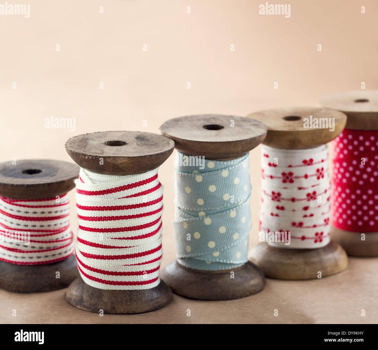 Los carretes de cinta de madera para regalo de Navidad envolver sobre marrón vintage antecedentes Imagen De Stock