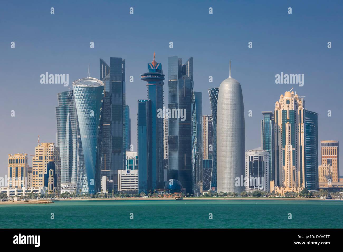 Doha, Qatar, en Oriente Medio, la arquitectura, la bahía, la ciudad, colorido, corniche, futurista, skyline, Imagen De Stock