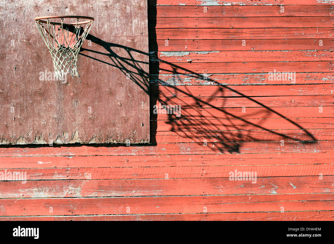 Rural de baloncesto antiguo tablero y aro exterior Imagen De Stock