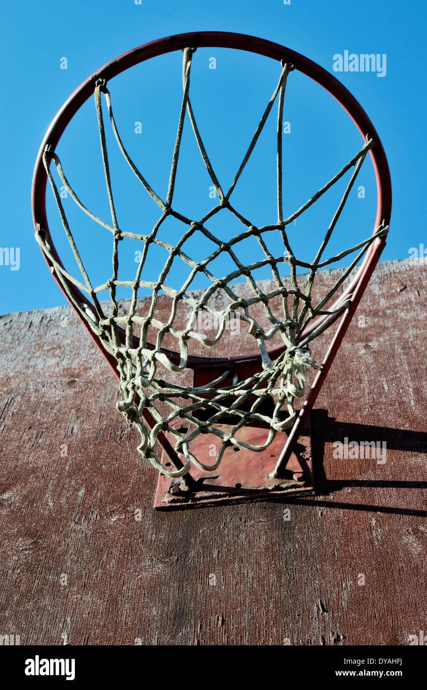 Primer plano del viejo tablero y aro exterior de baloncesto Imagen De Stock