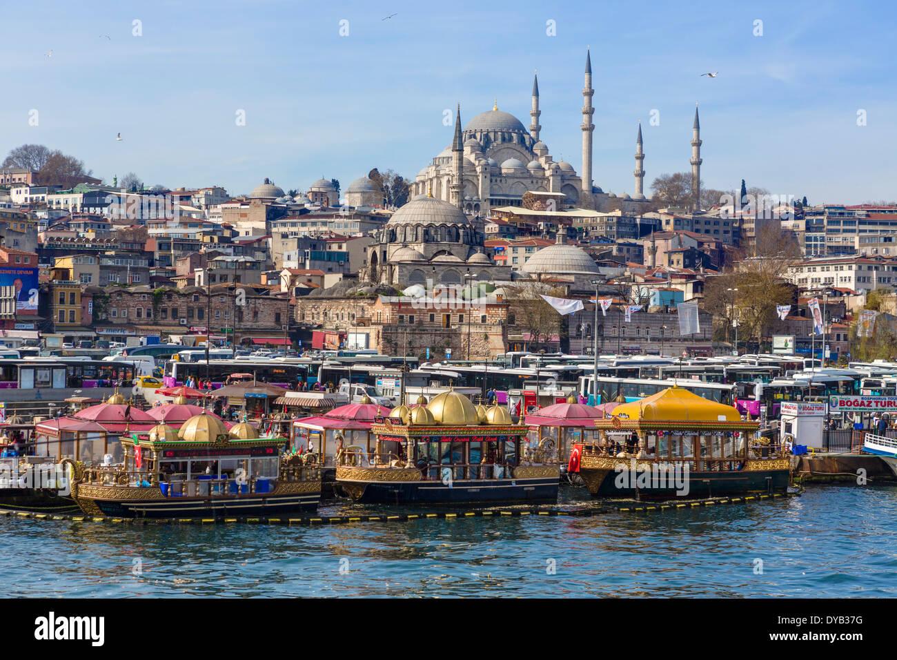 Botes decorativos de venta de pescado sandwiches (Tarihi Eminonu Balik Ekmek) con la Mezquita Suleymaniye detrás, Eminonu, Estambul, Turquía Imagen De Stock