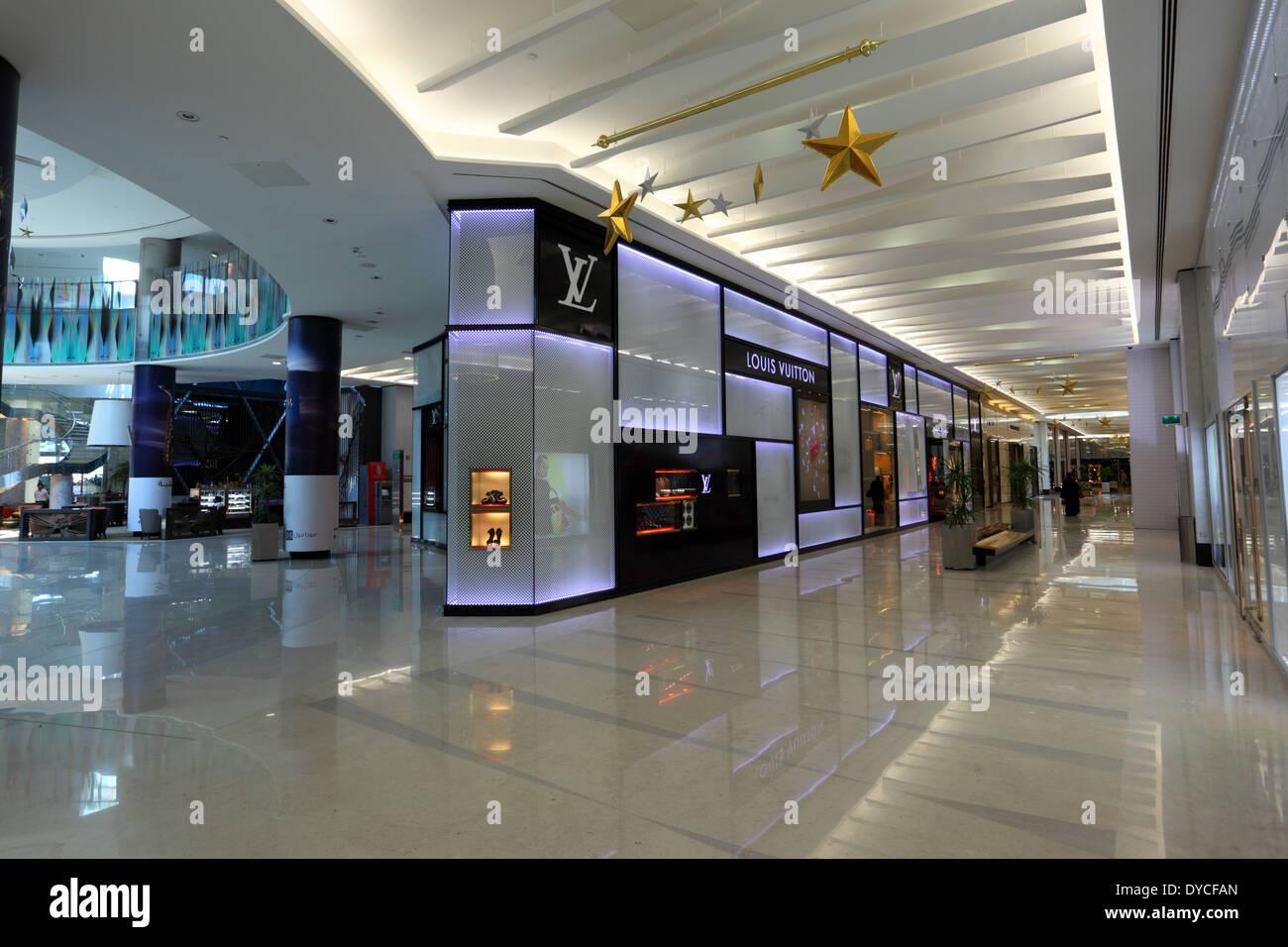 Moda centro comercial dentro de la Bahrain World Trade Center. Reino de Bahrein, Oriente Medio Imagen De Stock