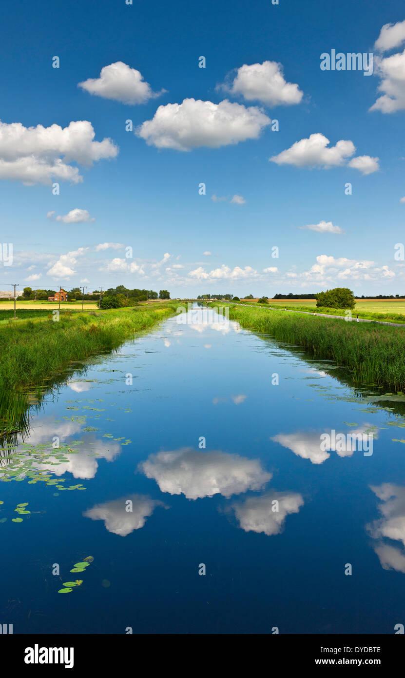 Nubes blancas mullidas sobre los 16 pies en Cambridgeshire fenland de drenaje. Imagen De Stock