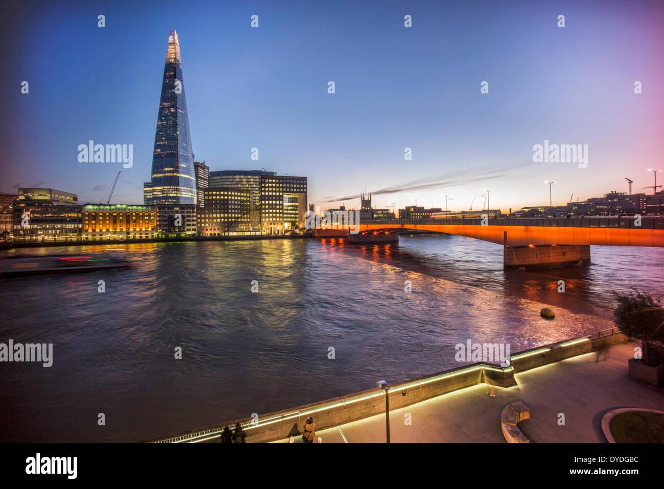 El Shard con la Catedral de Southwark y el Puente de Londres. Foto de stock