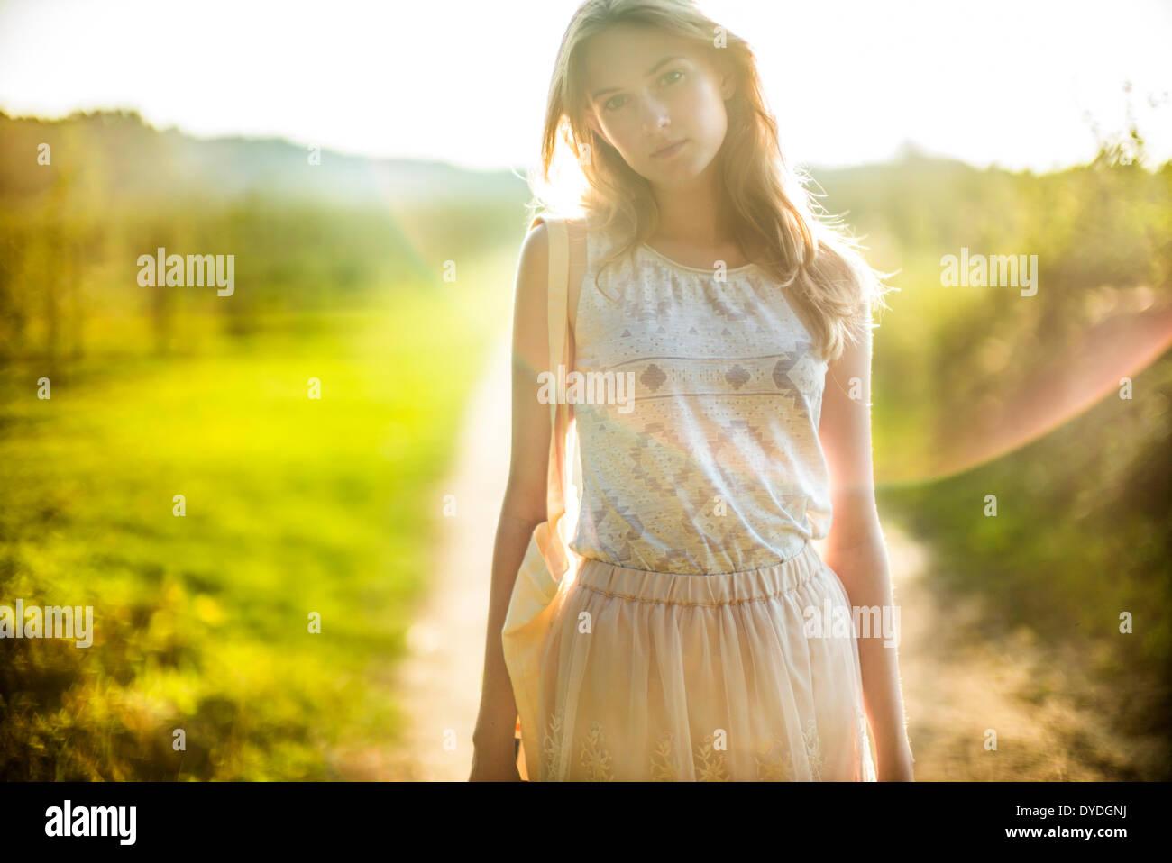 Soñar despierto chica en el campo. Imagen De Stock