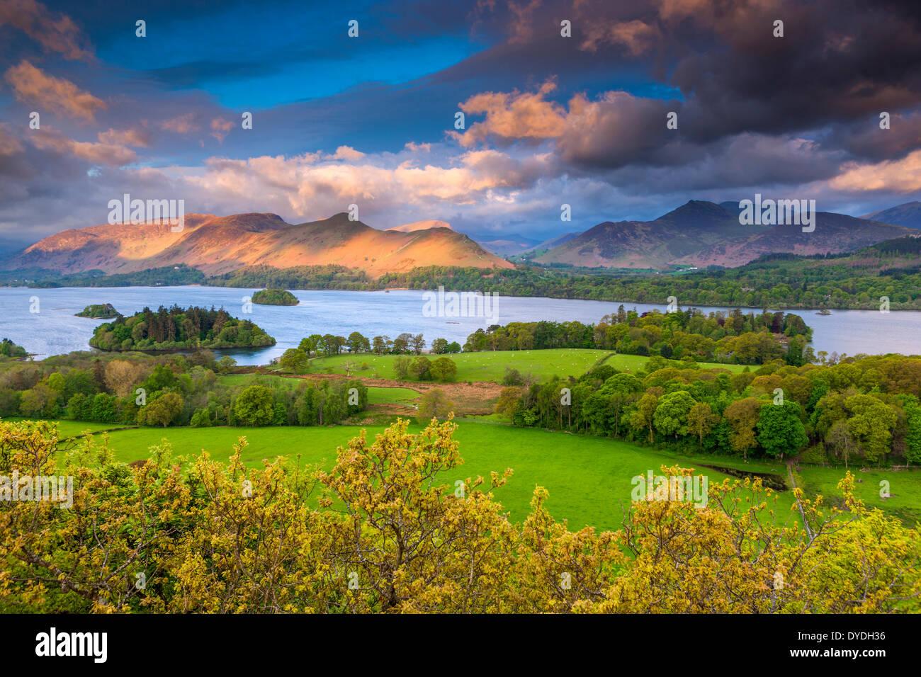 Vistas desde el mirador de madera cerca de Castlerigg Castlehead village a través de Derwentwater hacia Derwent páramos en el Lake District Nat Imagen De Stock