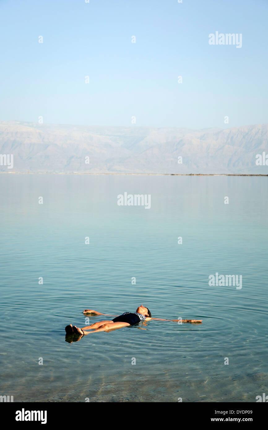 Mujer flotando en el Mar Muerto, Israel. Imagen De Stock