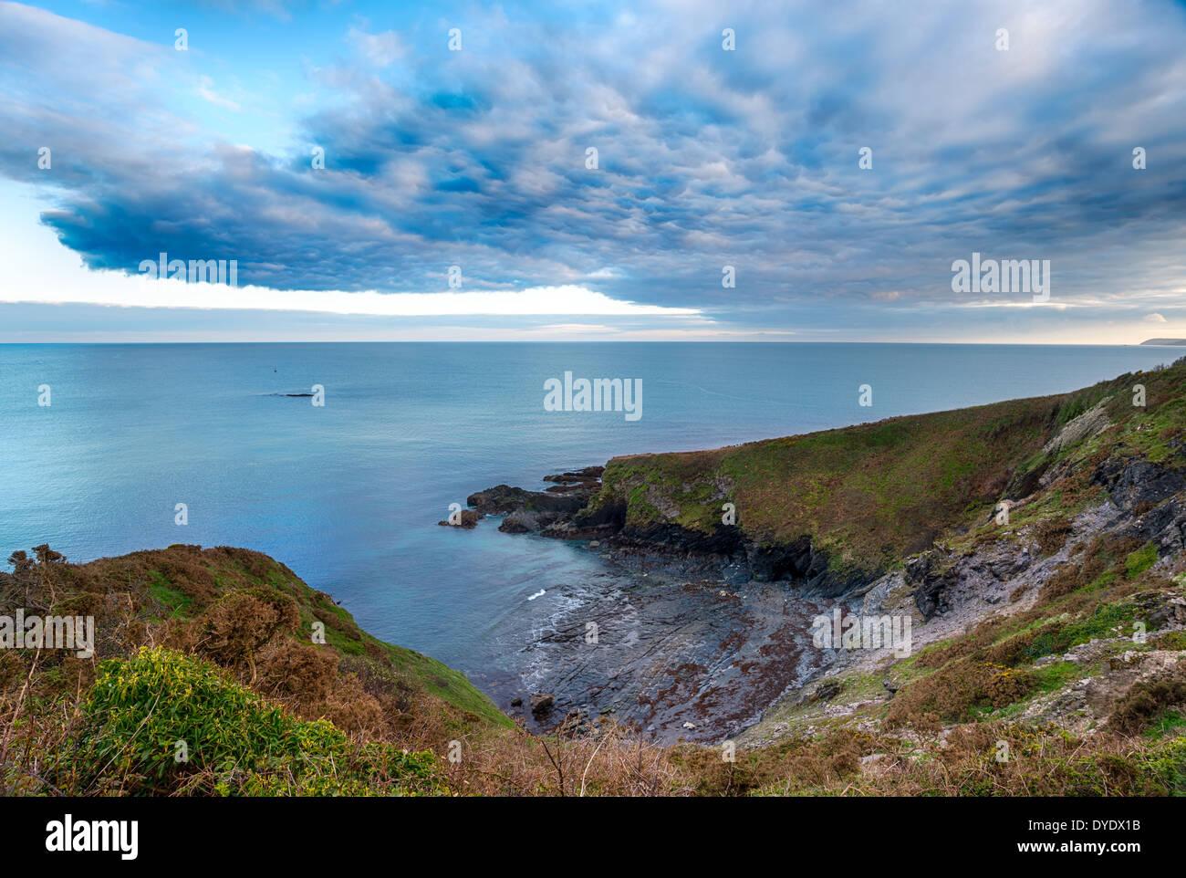Las nubes se reúnen en cabeza Gribbin cerca de St Austell, en Cornwall. Imagen De Stock