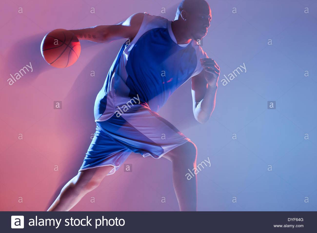 Vista borrosa habilidoso jugador de baloncesto Imagen De Stock