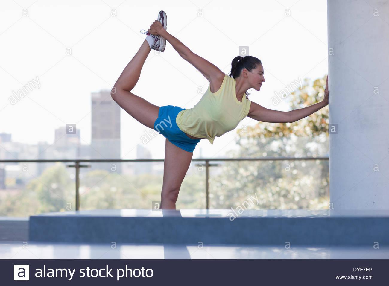 Mujer estiramiento antes del ejercicio Imagen De Stock