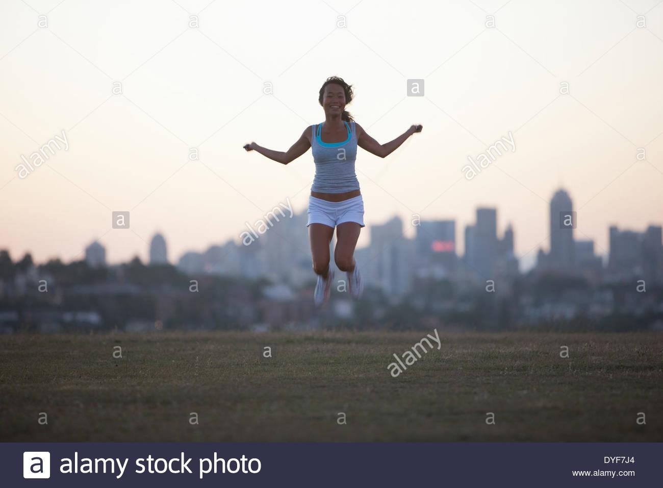 Mujer practicando yoga en parque urbano Imagen De Stock