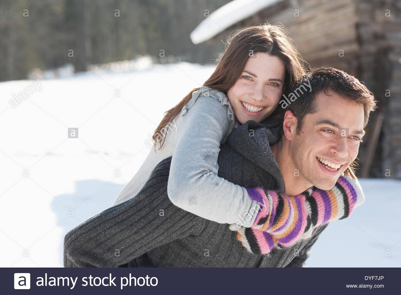 Hombre haciendo novia piggyback ride Imagen De Stock