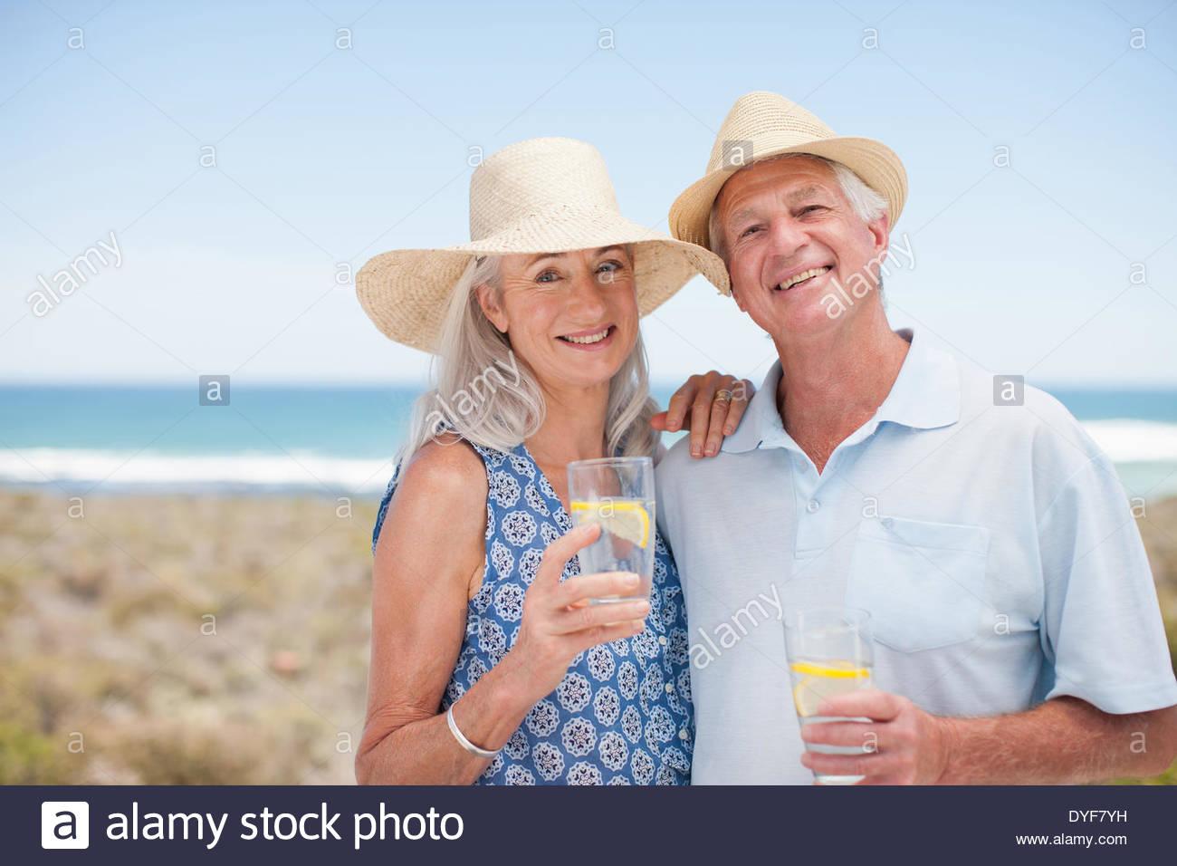 Alto par de agua potable en la playa Imagen De Stock