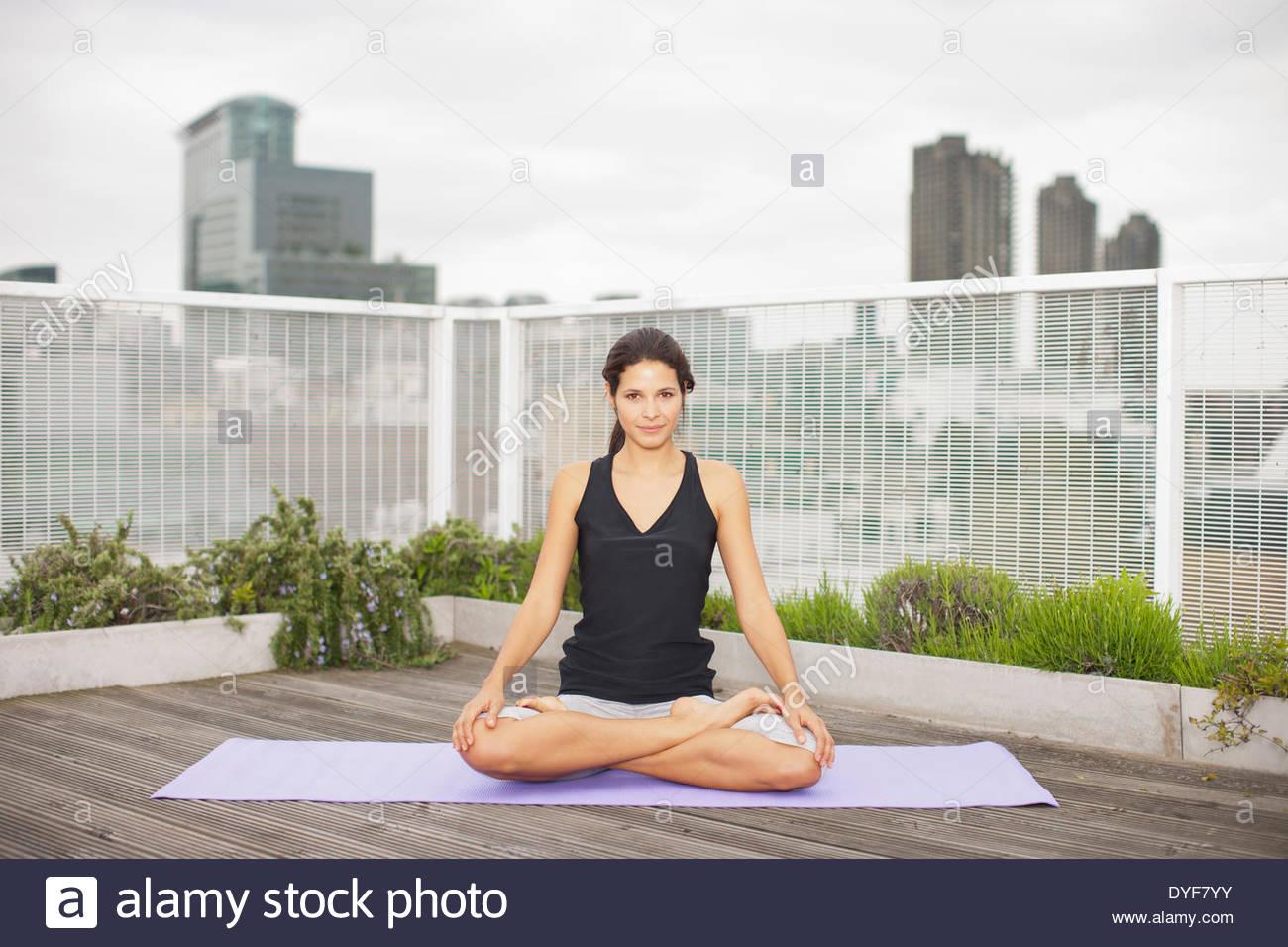Mujer practicando yoga en la terraza Foto de stock