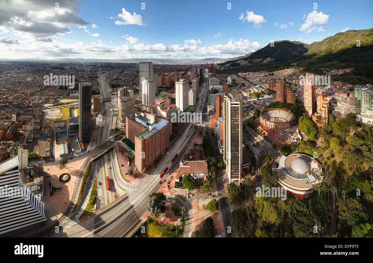 Vista panorámica de Bogotá, capital de Colombia. Vista aérea de la Avenida Carrera Septima y plaza de toros. Imagen De Stock