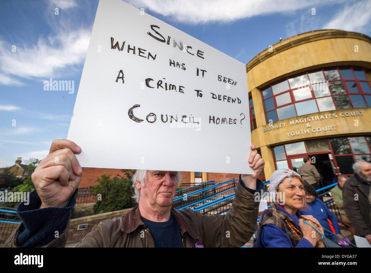 Los miembros y simpatizantes de Lewisham personas antes que el beneficio de terceros (PB4P) fuera del Tribunal de Magistrados de Bromley Kent mostrando apoyo a PB4P high profile miembro: John Hamilton, quien se enfrenta a cargos de daños a la propiedad pública en el sureste de Londres. Foto de stock