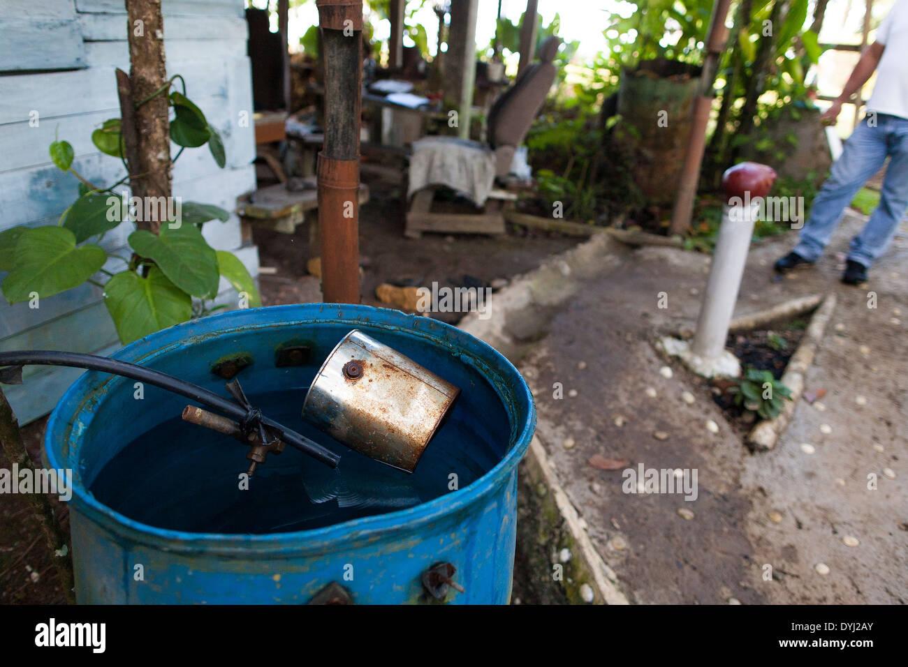 Un barril de recogida de agua en una casa rural en las montañas tropicales por encima de Golfito, Costa Rica Imagen De Stock