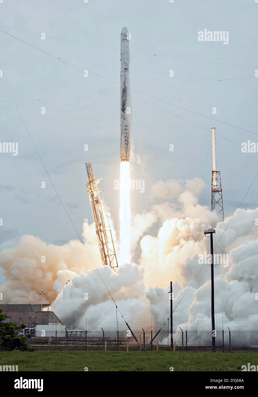 El cohete SpaceX Falcon 9 blastos en un cielo nublado levantando la cápsula Dragon a la Estación Espacial Internacional Foto de stock