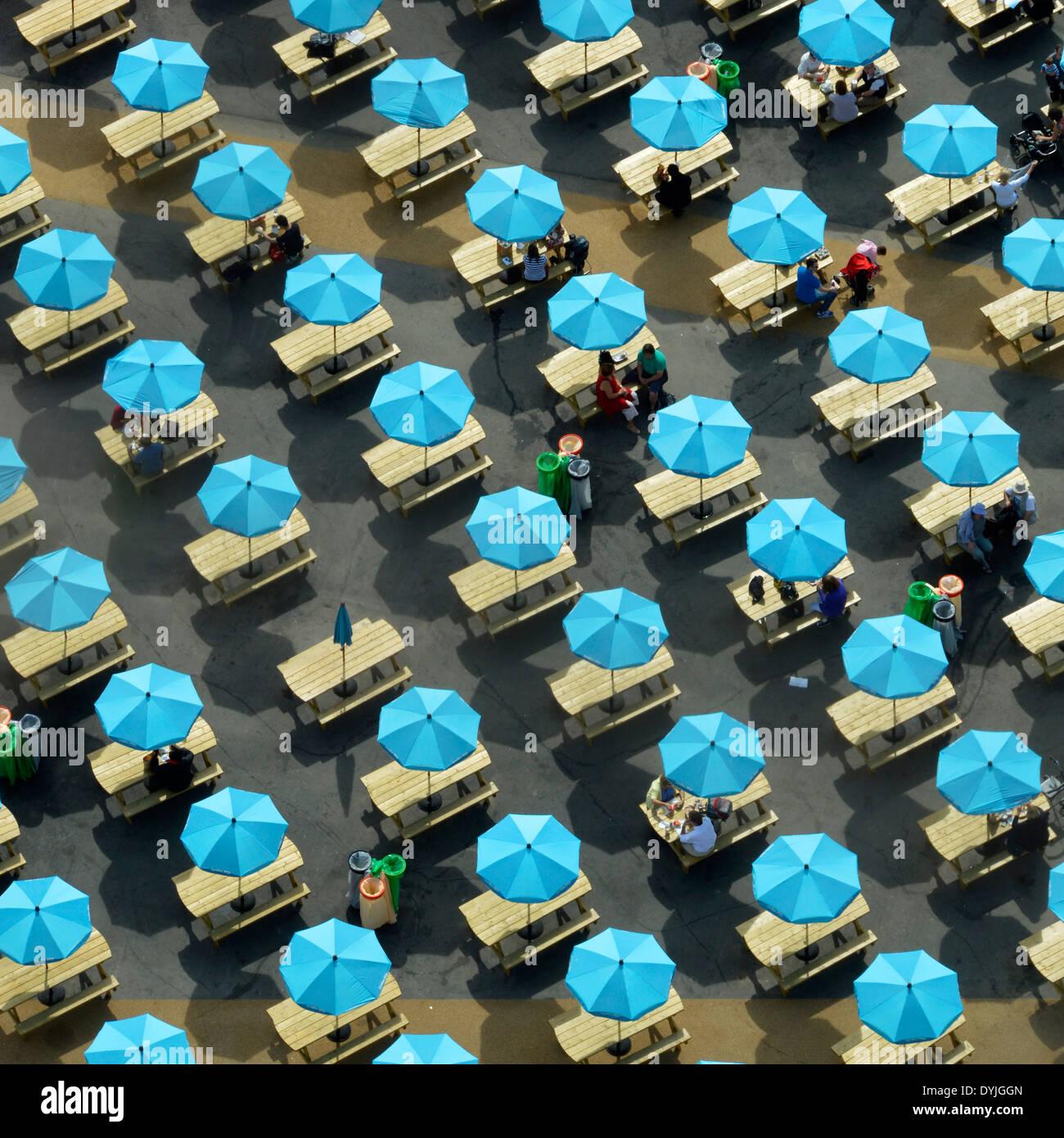 Sombras coloridas sombrillas, mesas de picnic con uno no abierto (odd one out) Imagen De Stock