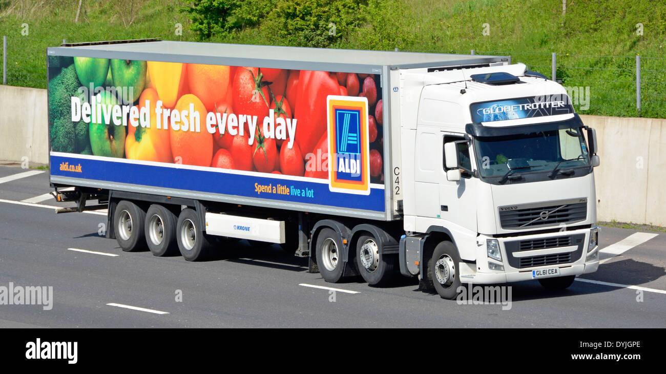 Supermercado ALDI entrega de la cadena de suministro de remolque y camión Volvo circulando por la autopista M25 entregado fresco cada día anuncio Essex, Inglaterra Imagen De Stock