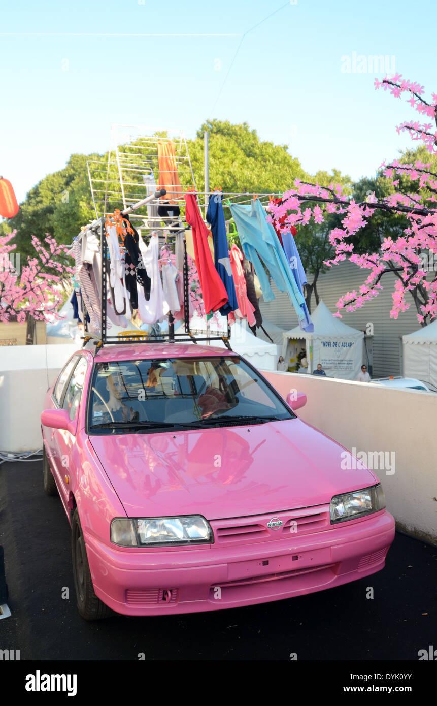 Nissan rosa flor rosa & secadora portátil conectado al coche. Gadget o Chindogu japoneses inútiles. Foto de stock