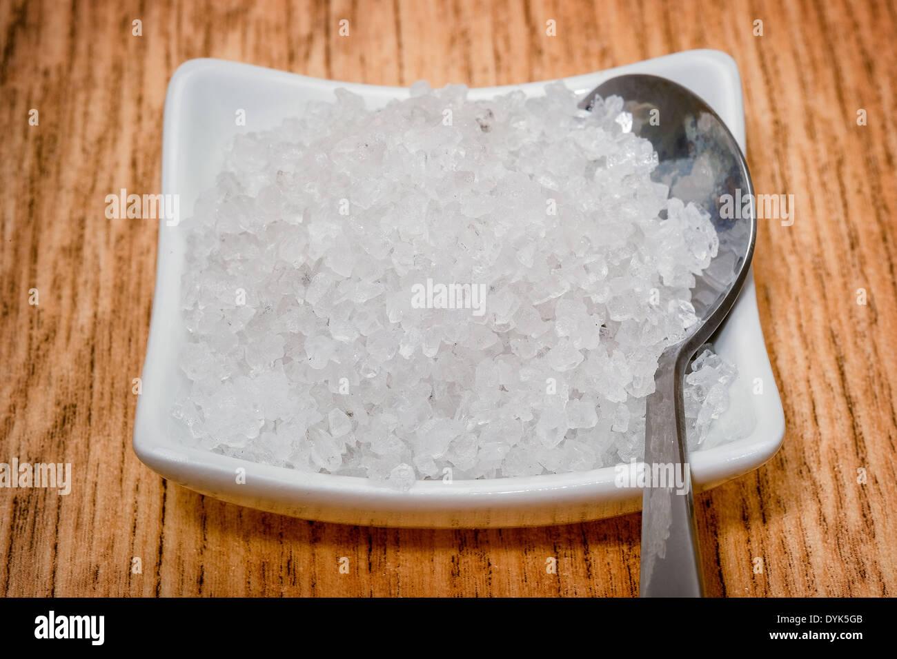 La sal del mar granular en un recipiente blanco Imagen De Stock