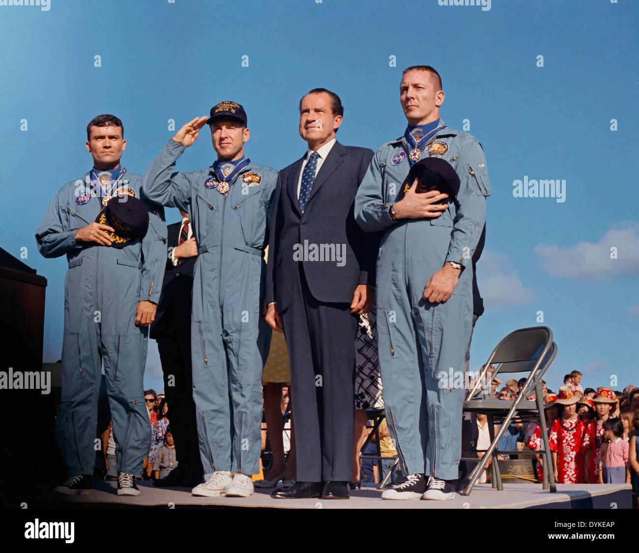 Presidente estadounidense Richard M. Nixon y los astronautas del Apolo 13 stand en la atención antes de ser presentado con la Medalla Presidencial de la libertad durante una ceremonia en la post-misión Hickam Air Force Base, del 18 de abril de 1970 en Honolulu, Hawaii. L A R: Fred W. Haise Jr., James A. Lovell Jr. y John L. Swigert Jr. El Apolo 13 tripulantes descendieron del 17 de abril de 1970, acerca de un día y medio antes de la presentación de los premios. Imagen De Stock