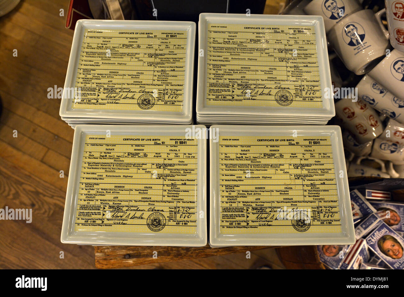 La pequeña bandeja con certificado de nacimiento de Barack Obama ...