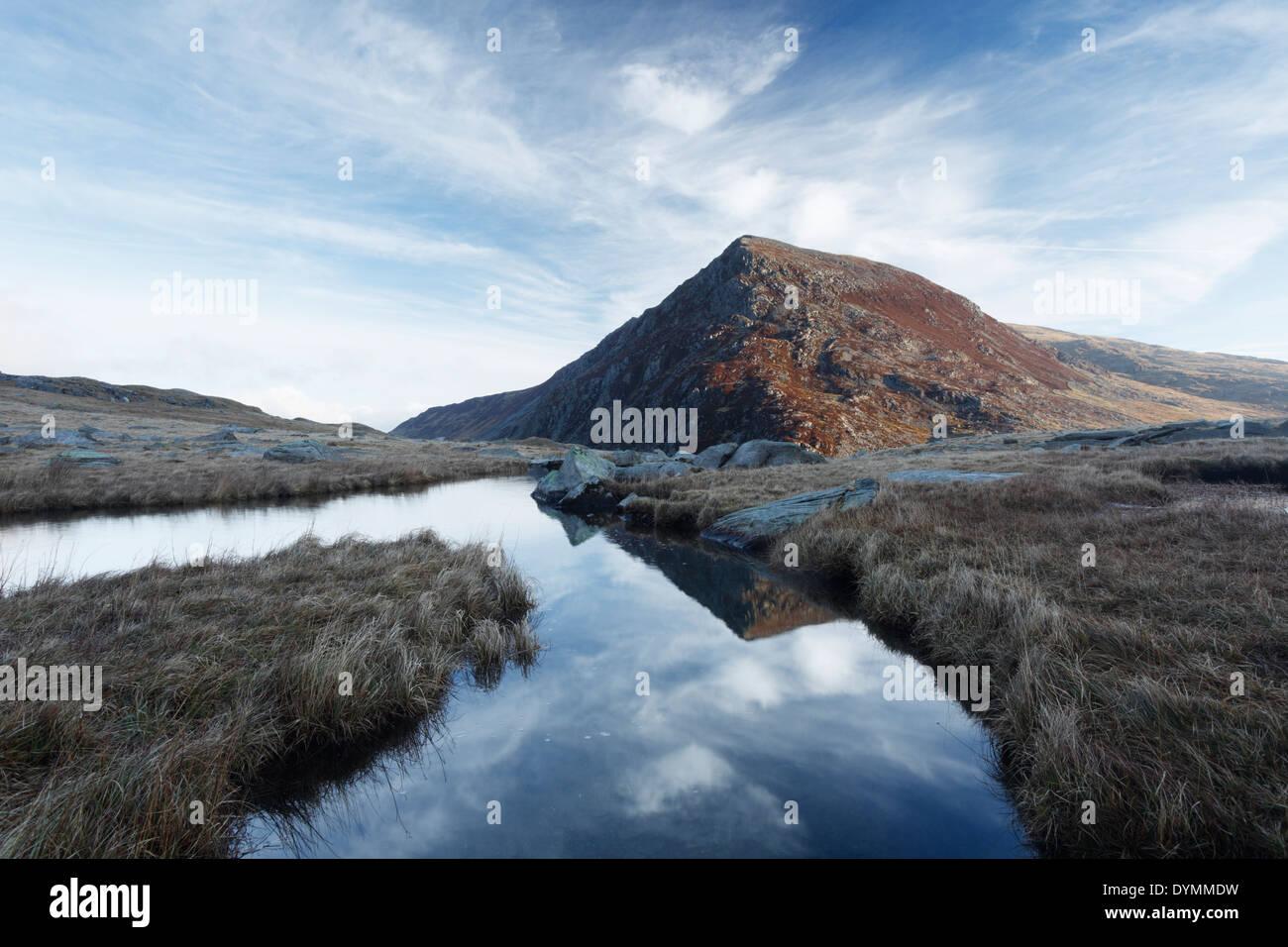 Pen yr Wen Ole se refleja en el río Idwal. El Parque Nacional de Snowdonia. País de Gales. En el Reino Unido. Imagen De Stock