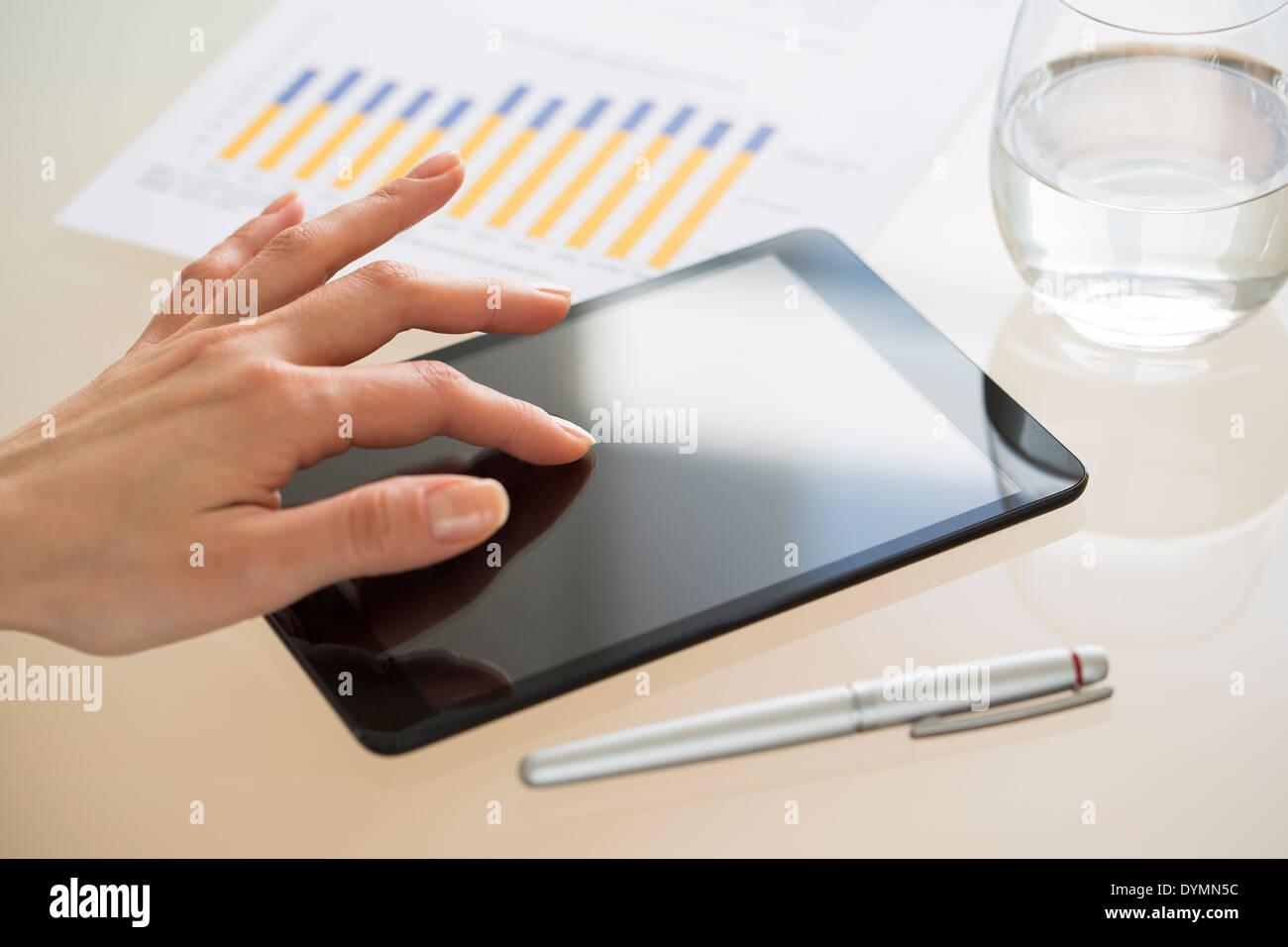 Mujer de negocios con tablet PC en la oficina Foto de stock