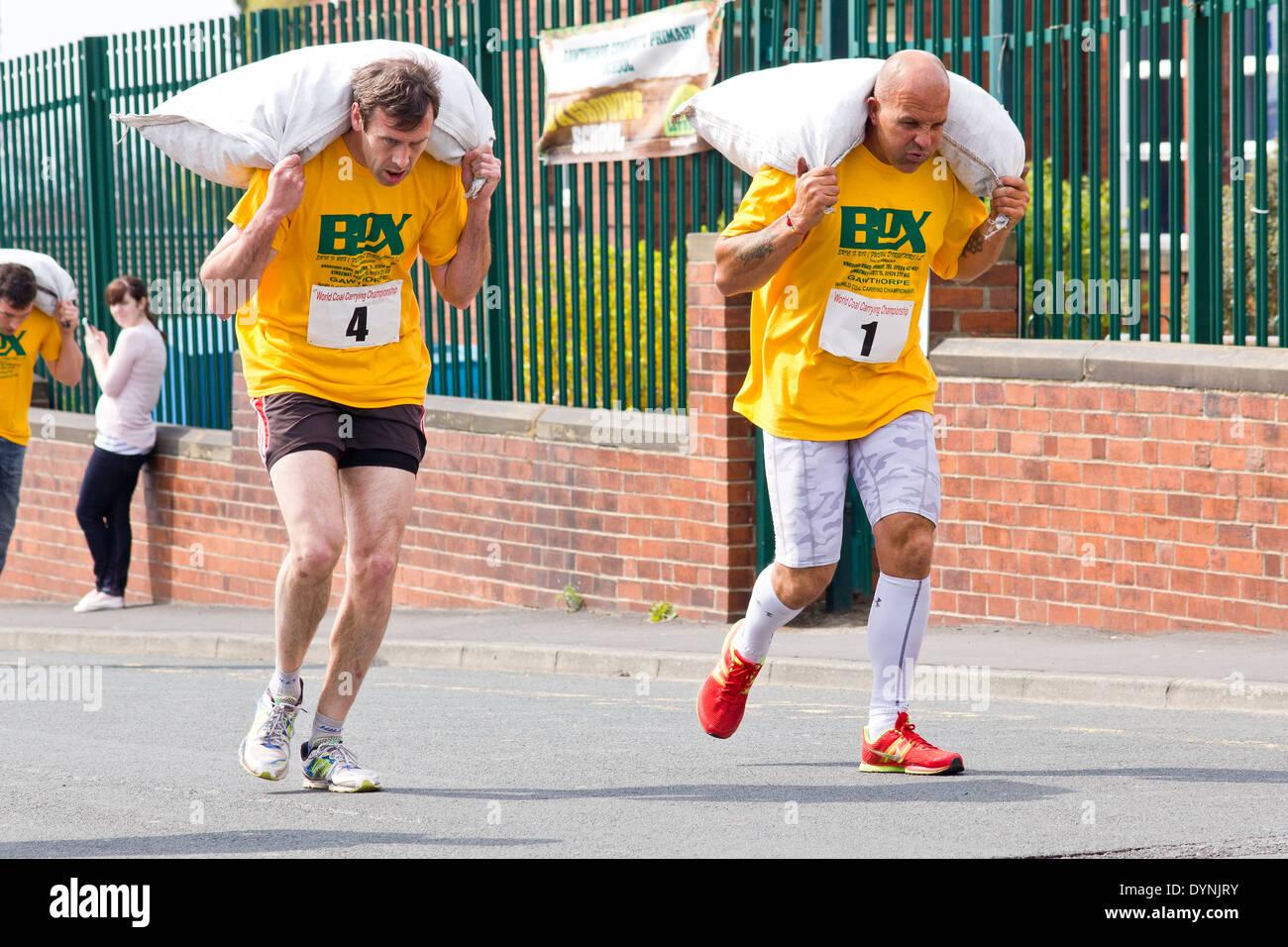 Llevar el campeonato mundial de carbón, Gawthorpe, West Yorkshire, el Lunes de Pascua de 2014. candidatos hombres corriendo la carrera Foto de stock