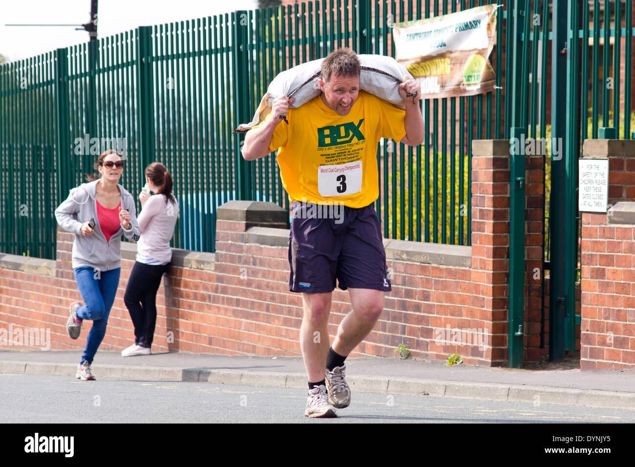 Llevar el campeonato mundial de carbón, Gawthorpe, West Yorkshire, el Lunes de Pascua de 2014. La carrera concursante masculino Foto de stock
