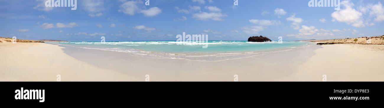 Panorámica de una playa con un naufragio en el Cabo de Santa María, Isla de Boa Vista, en Cabo Verde Imagen De Stock