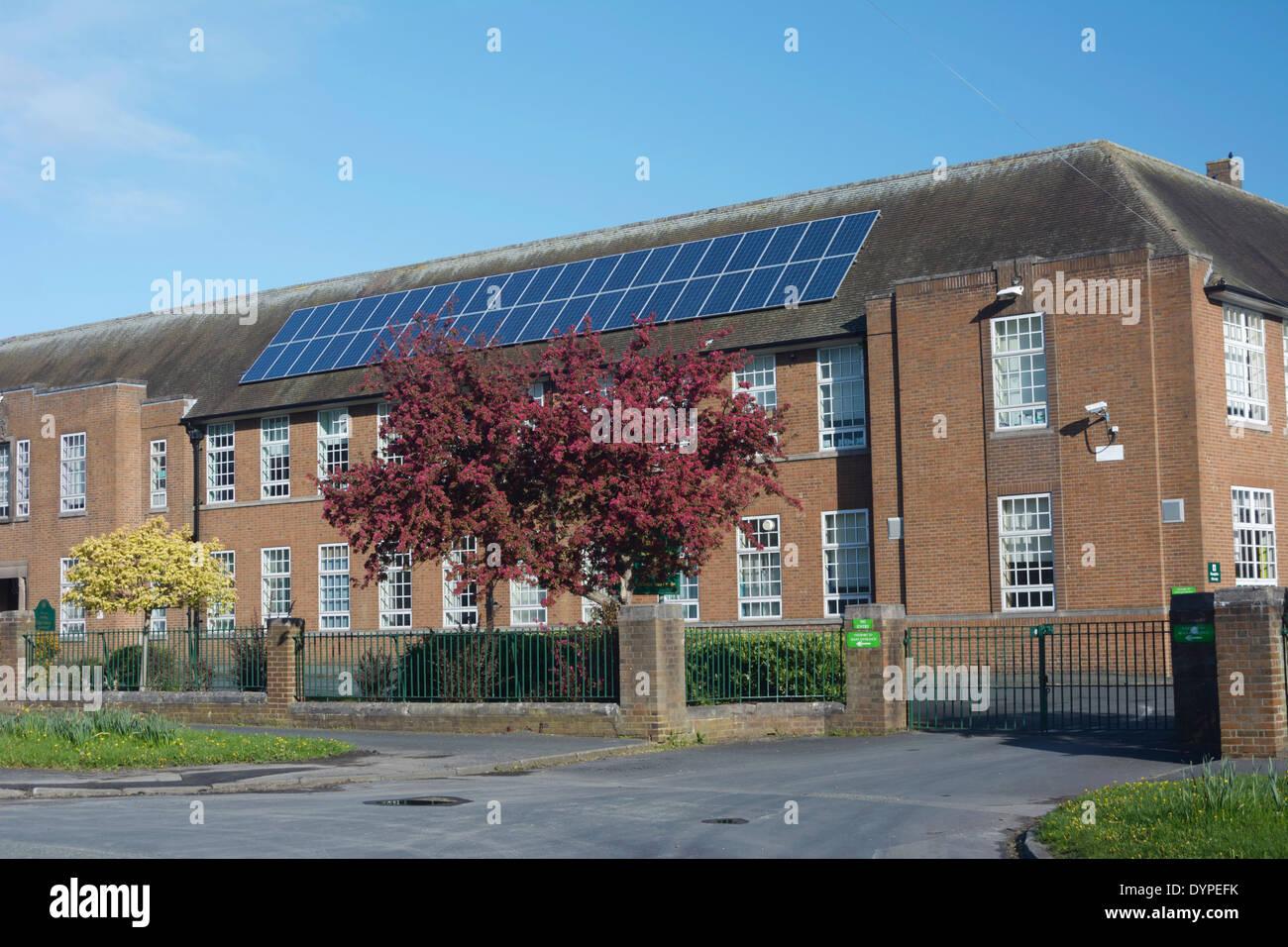 Paneles solares en el tejado de Helsby High School en Cheshire. Imagen De Stock