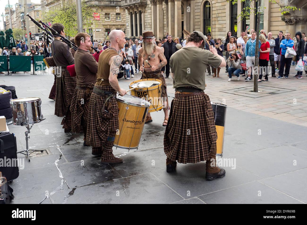 Grupo escocés Clanadonia busking en Buchanan Street, Glasgow, Escocia, Reino Unido Imagen De Stock