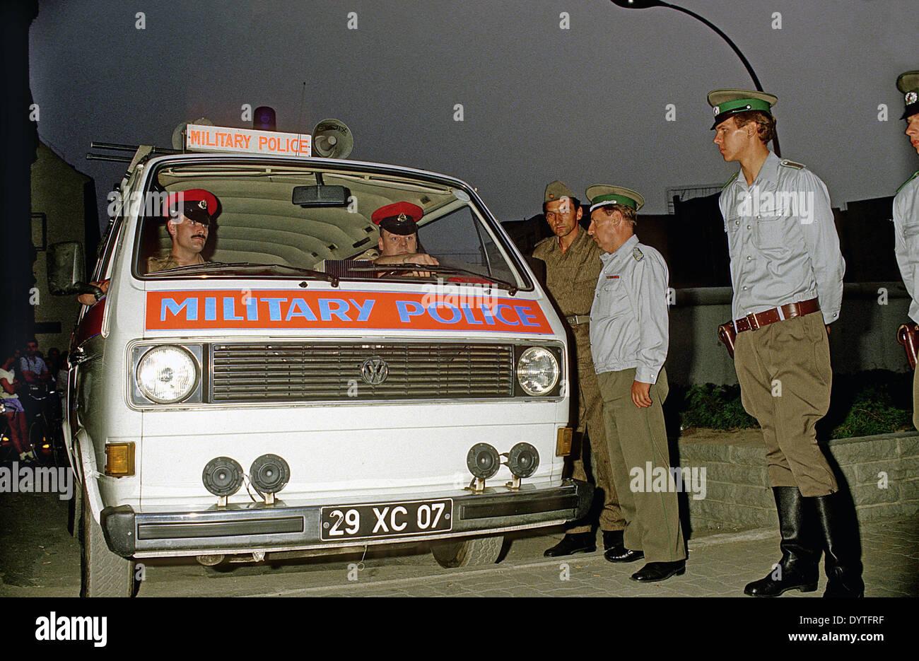 Guardias de frontera en el Checkpoint Charlie, 1988 Imagen De Stock
