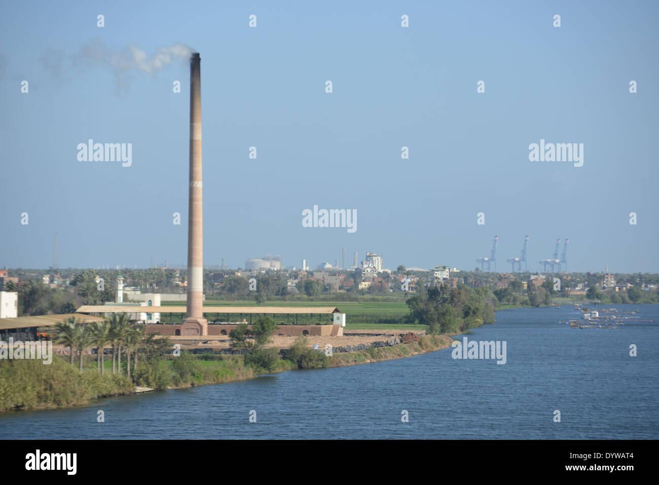 La boca del Nilo en Damietta, Egipto donde las frescas aguas del río más  largo del mundo el Nilo cumple el final de su largo viaje desde el centro  de AF