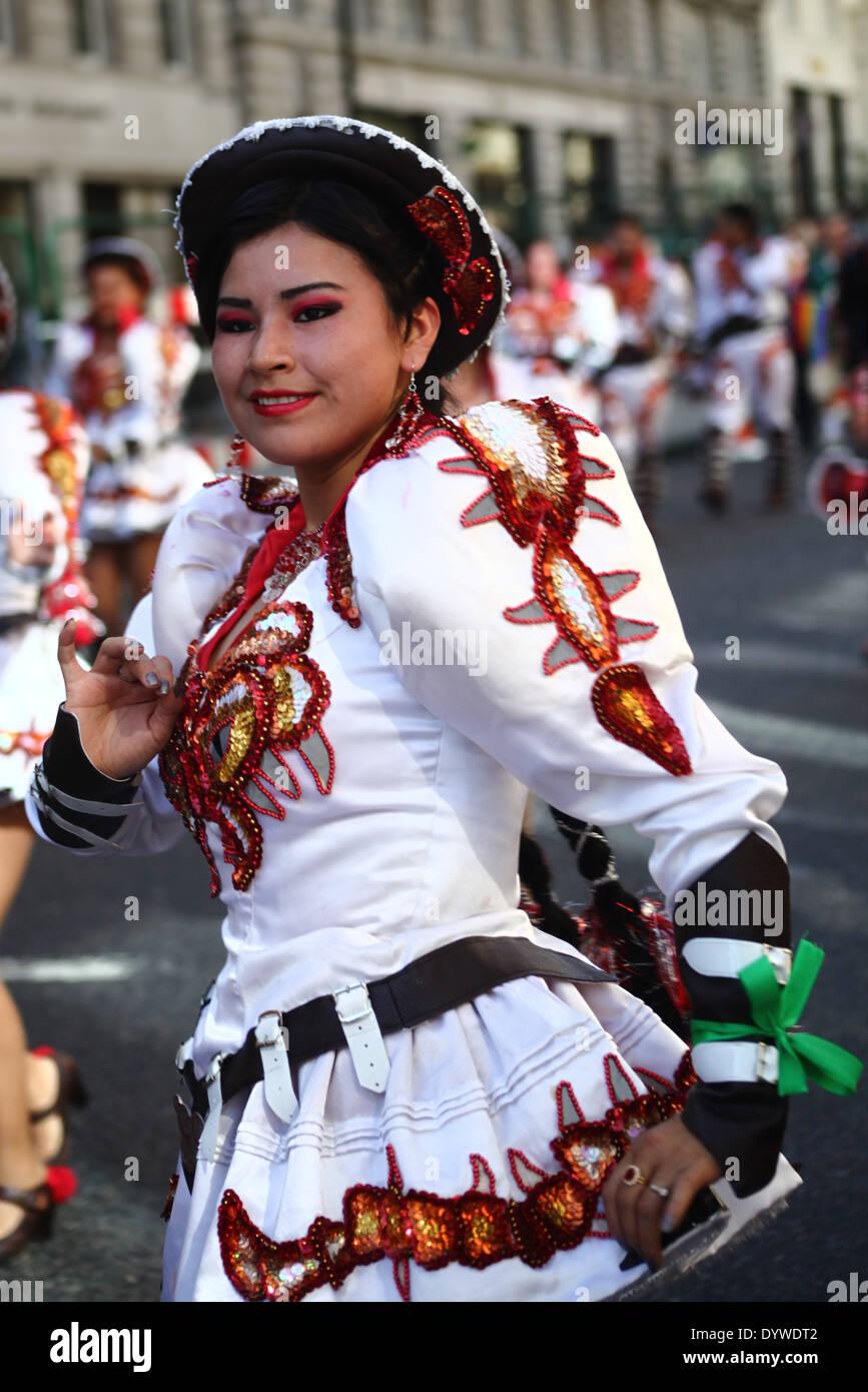 La bailarina del grupo folclórico Caporales San Simón (Bolivia) Imagen De  Stock 120baa0211f