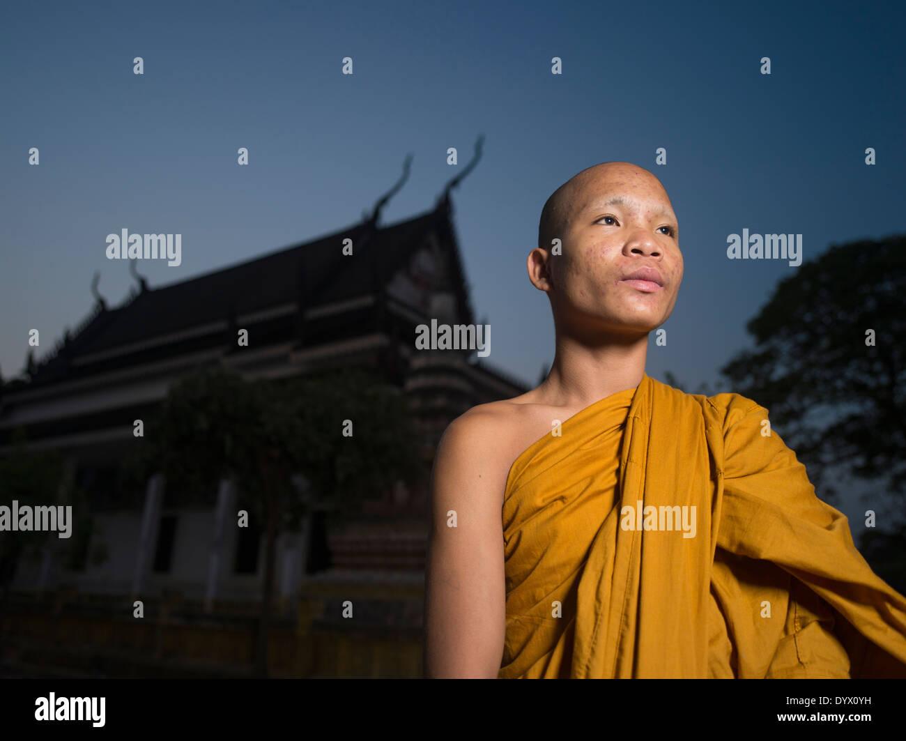 Monje budista camboyano en el templo de Angkor Wat al amanecer, Siem Reap, Camboya Imagen De Stock