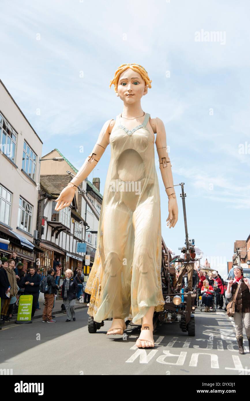 Stratford-upon-Avon, Reino Unido , 26 abr, 2014. Shakespeare, Celebraciones de cumpleaños 2014 - William Shakespeare's 450° cumpleaños en Stratford-upon-Avon, Reino Unido. Lady Godiva títere de control remoto de crédito: Robert Convery/Alamy Live News Imagen De Stock