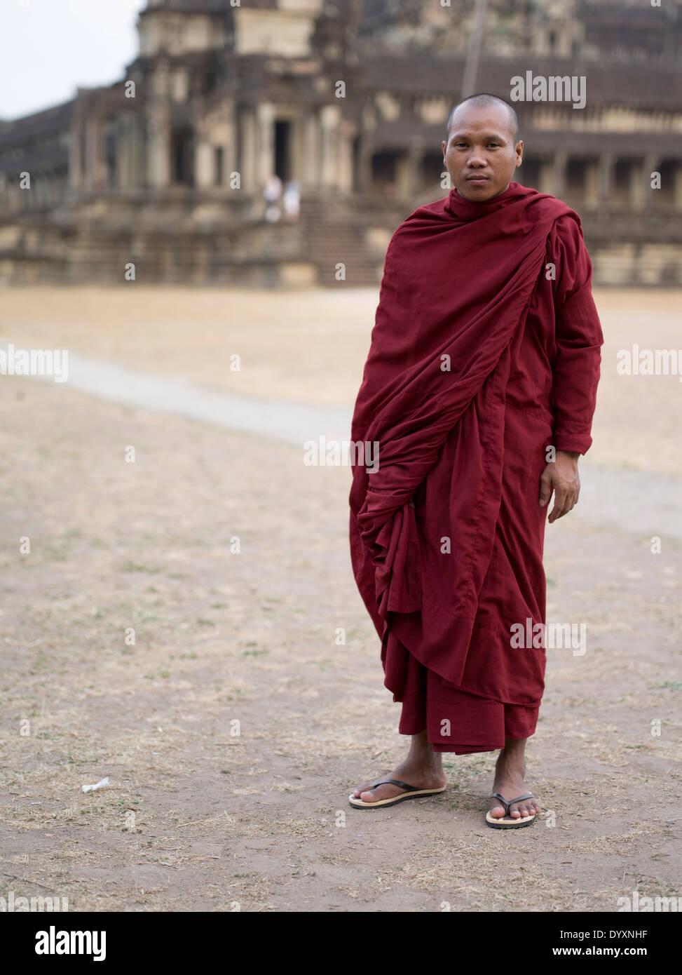 Monje budista en ropas tradicionales en Angkor Wat, Siem Reap, Camboya Foto de stock